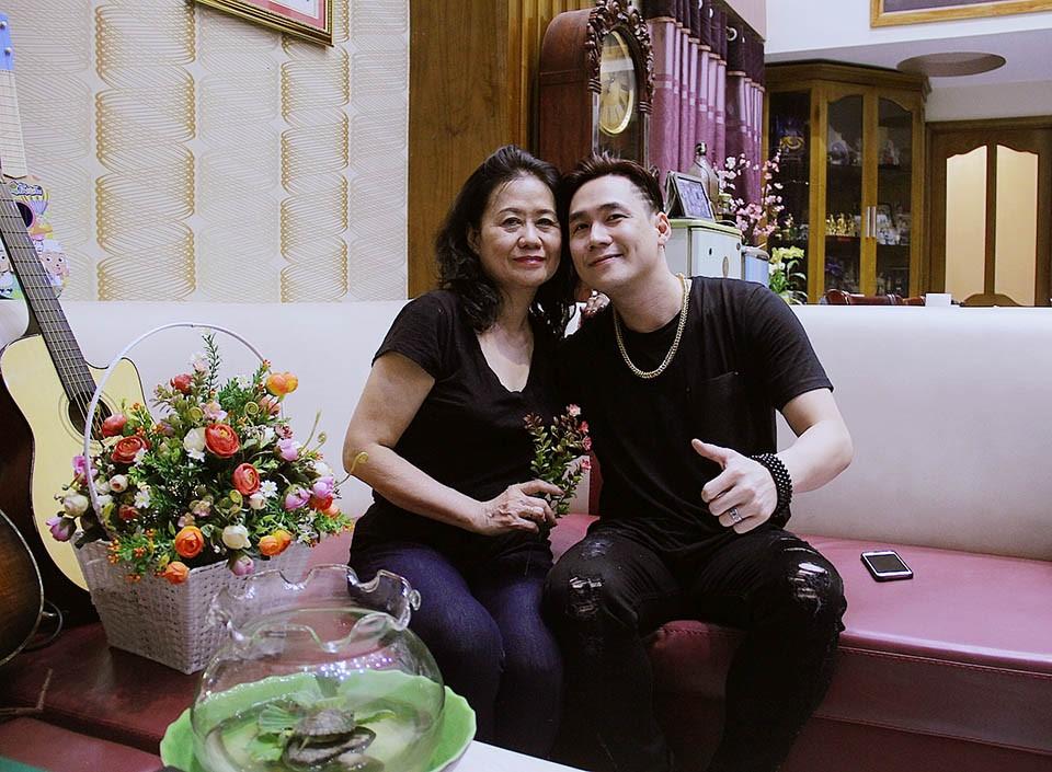 Với Khánh Phương, ca hát là đam mê, còn gia đình là trên hết. Anh chàng luôn dành thời gian chăm sóc sức khỏe bố mẹ với các món quà sức khỏe như Trà thanh nhiệt Dr Thanh