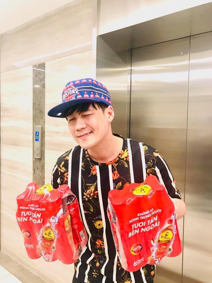 """Dù đã chuẩn bị U40 nhưng Khánh Phương vẫn rất trẻ trung, mới đây nam ca sĩ còn theo trend """"mượn trà tỏ tình"""" với các fan trên facebook cá nhân"""