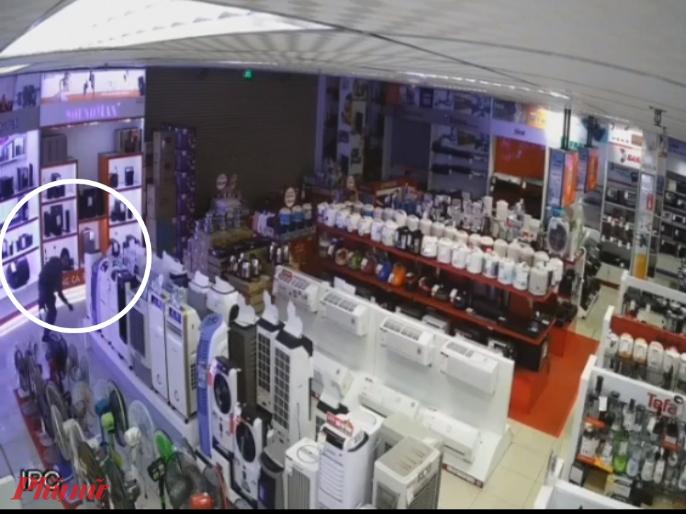 Phát hiện khu vực bán điện thoại được trang bị nhiều camera an ninh, tên trộm định quay về chỗ ẩn nấp