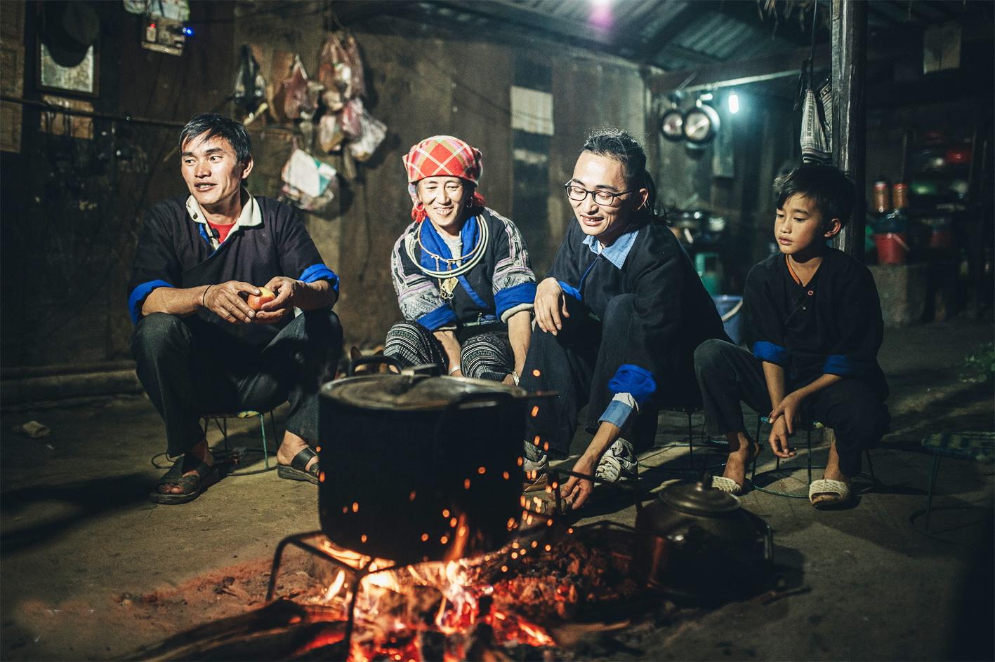 Gia đình Khang A Tủa sum vầy bên bếp lửa - Ảnh: WeChoice Awards