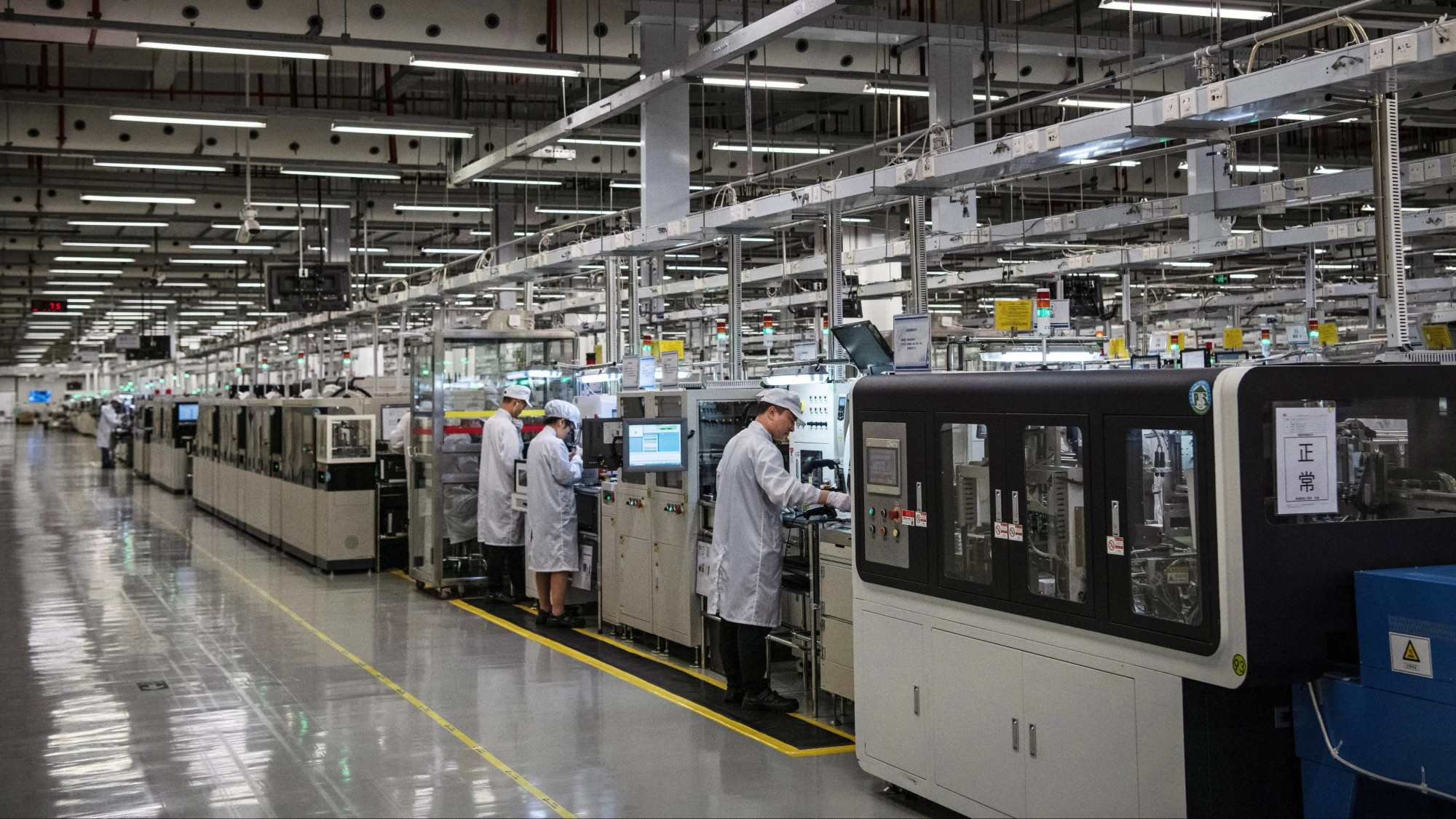 Trung Quốc thường đưa ra các quy định về tỷ lệ nội địa hoặc thuế quan nhằm buộc doanh nghiệp nước ngoài đưa dây chuyền sản xuất sang Trung Quốc.