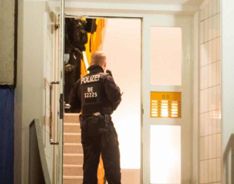Cảnh sát Đức kiểm tra nhà riêng và văn phòng của các nghi phạm hôm 15/1.