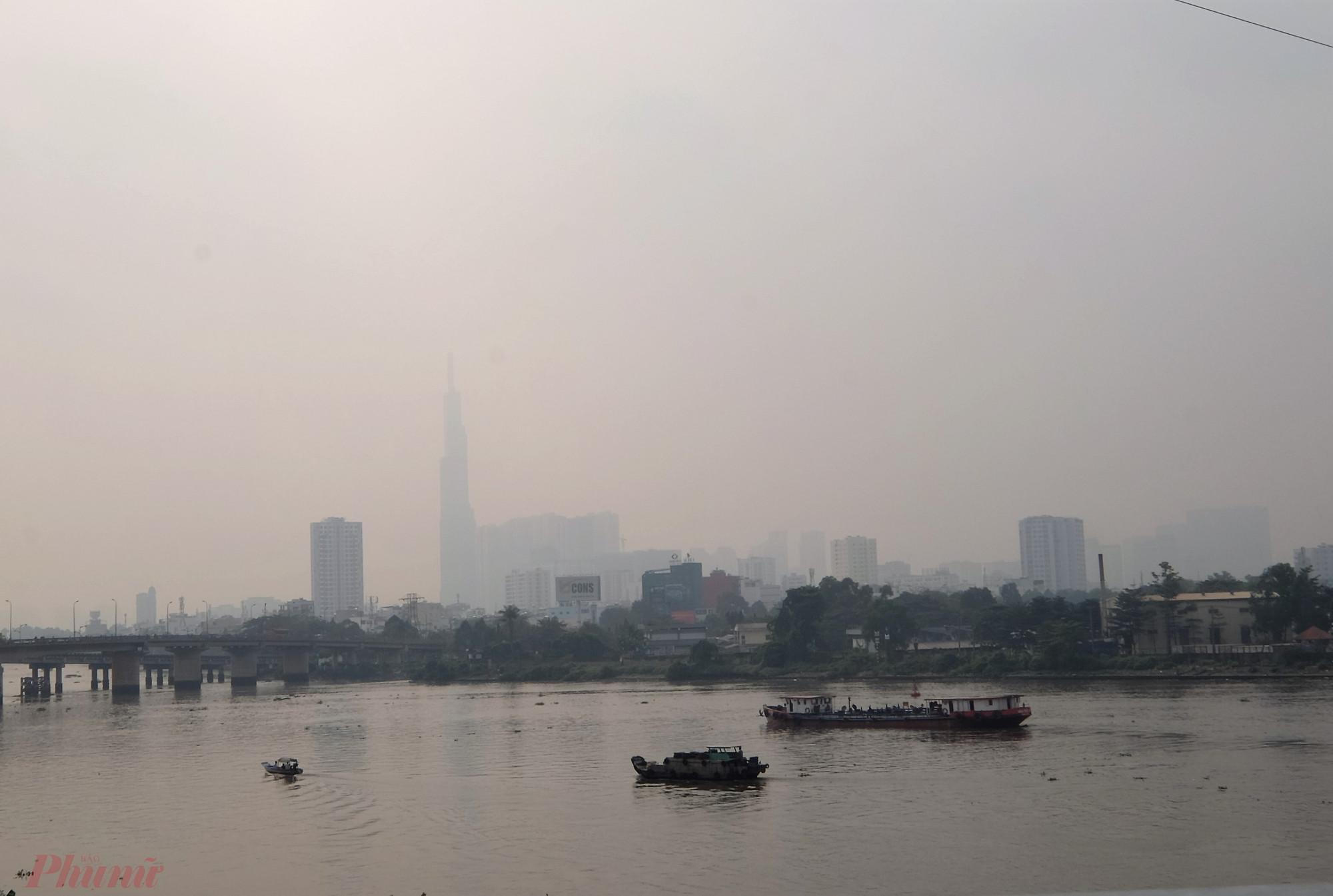 TP HCM  thường xuyên bị bụi mù bao phủ, các tòa nhà cao tầng  gần như biến mất trong nền trời nhuộm màu trắng đục. (Ảnh chụp lúc 10 giờ ngày 12/1/22020).