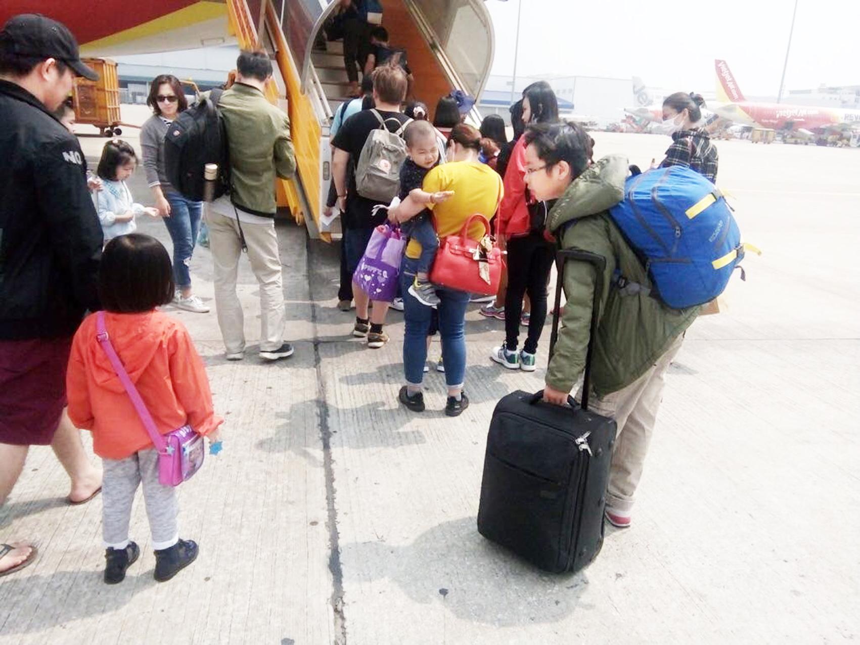 Hai đứa trẻ này đã có bốn cái tết về miền Bắc theo cách nối chuyến tại các sân bay miền Trung để tiết kiệm chi phí