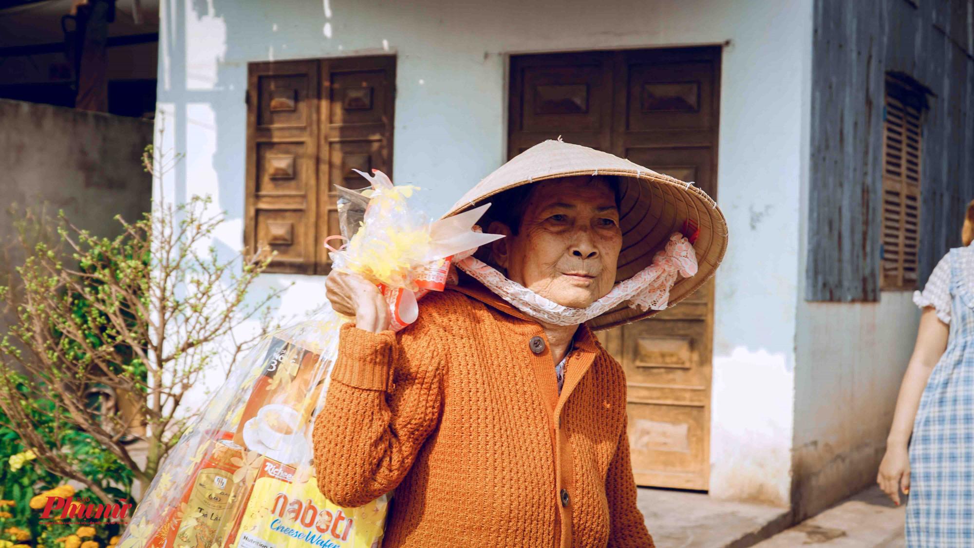 Những hộ dân có hoàn cảnh khó khăn trong địa phương được tặng quà Tết