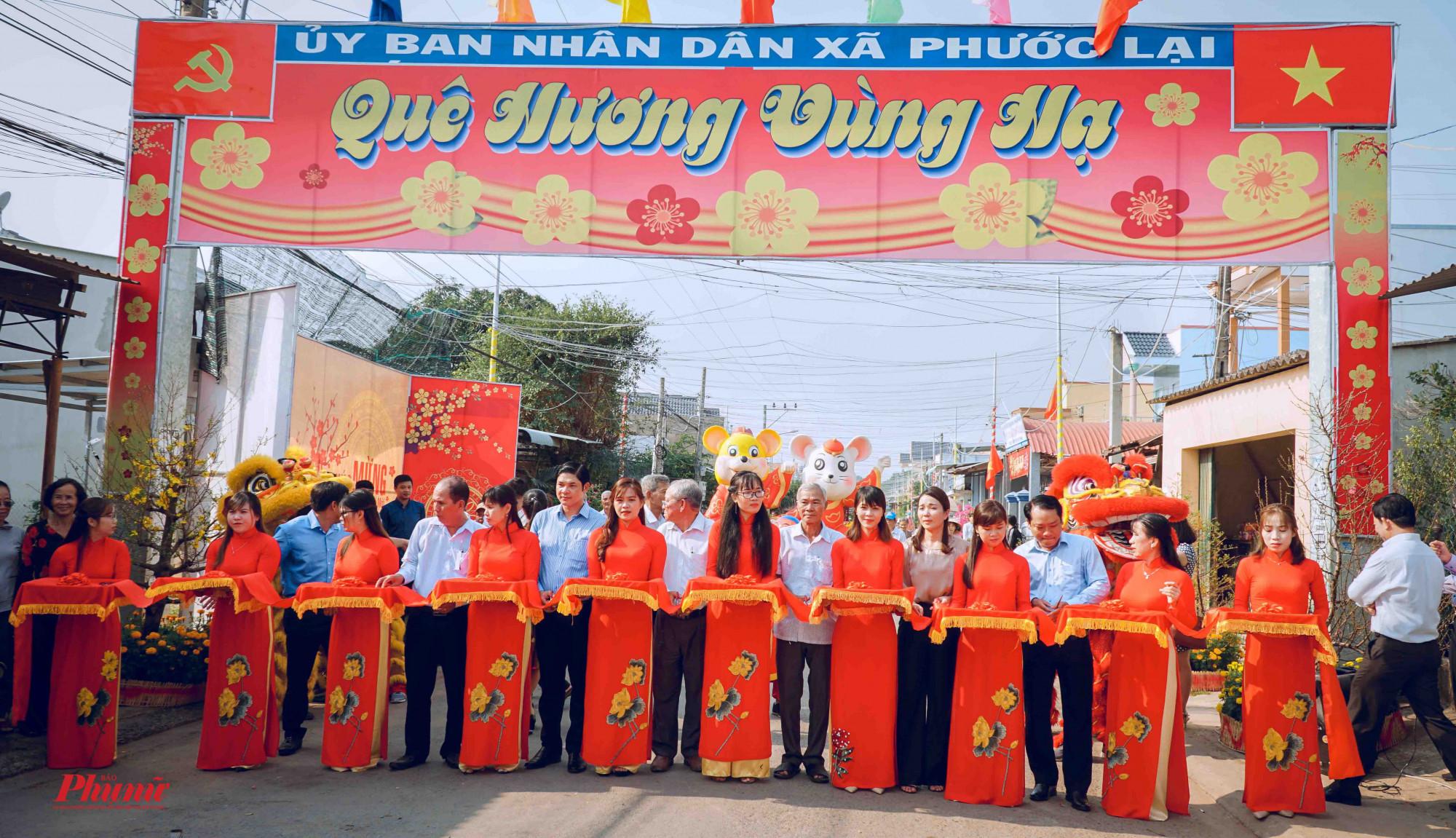 Cắt băng khánh thành đường hoa tại xã Phước Lại phục vụ người dân vui xuân đón Tết