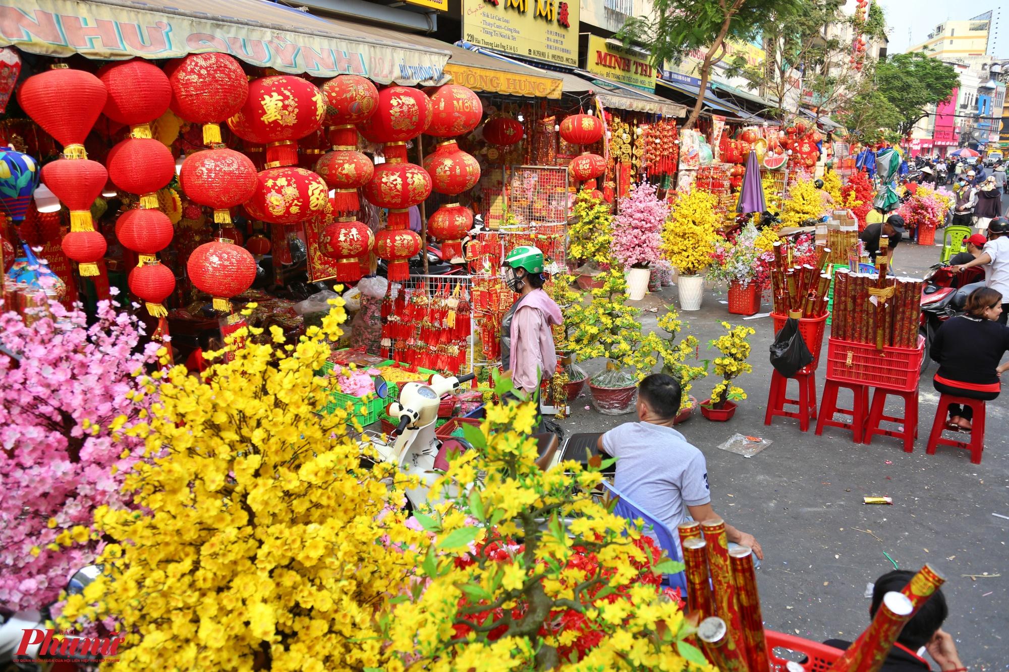 Từ hàng chục năm qua, các cửa hàng bán đồ trang trí Tết dọc hai bên đường Hải Thượng Lãn Ông, quận 5 đã có, cứ mỗi dịp Tết đến xuân về là con đường này lại tấp nập người mua kẻ bán.
