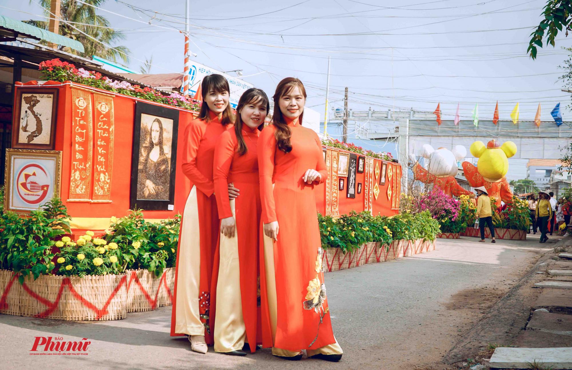 các bạn nữa rạng rỡ vui xuân cùng bộ áo dài truyền thống
