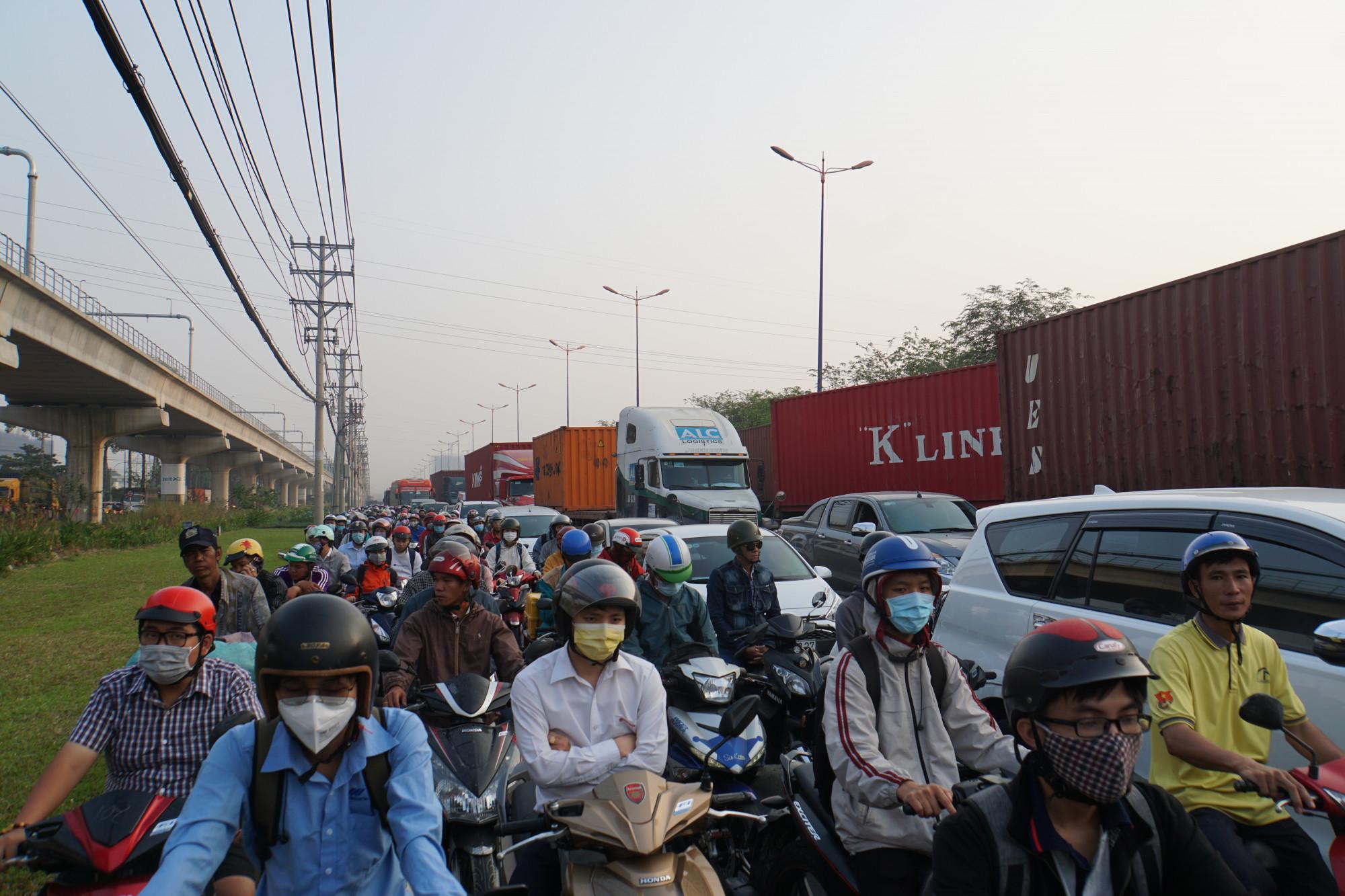 8g sáng, Xa lộ Hà Nội đã xảy ra cảnh ùn tắc không lối thoát theo hướng vào trung tâm TP