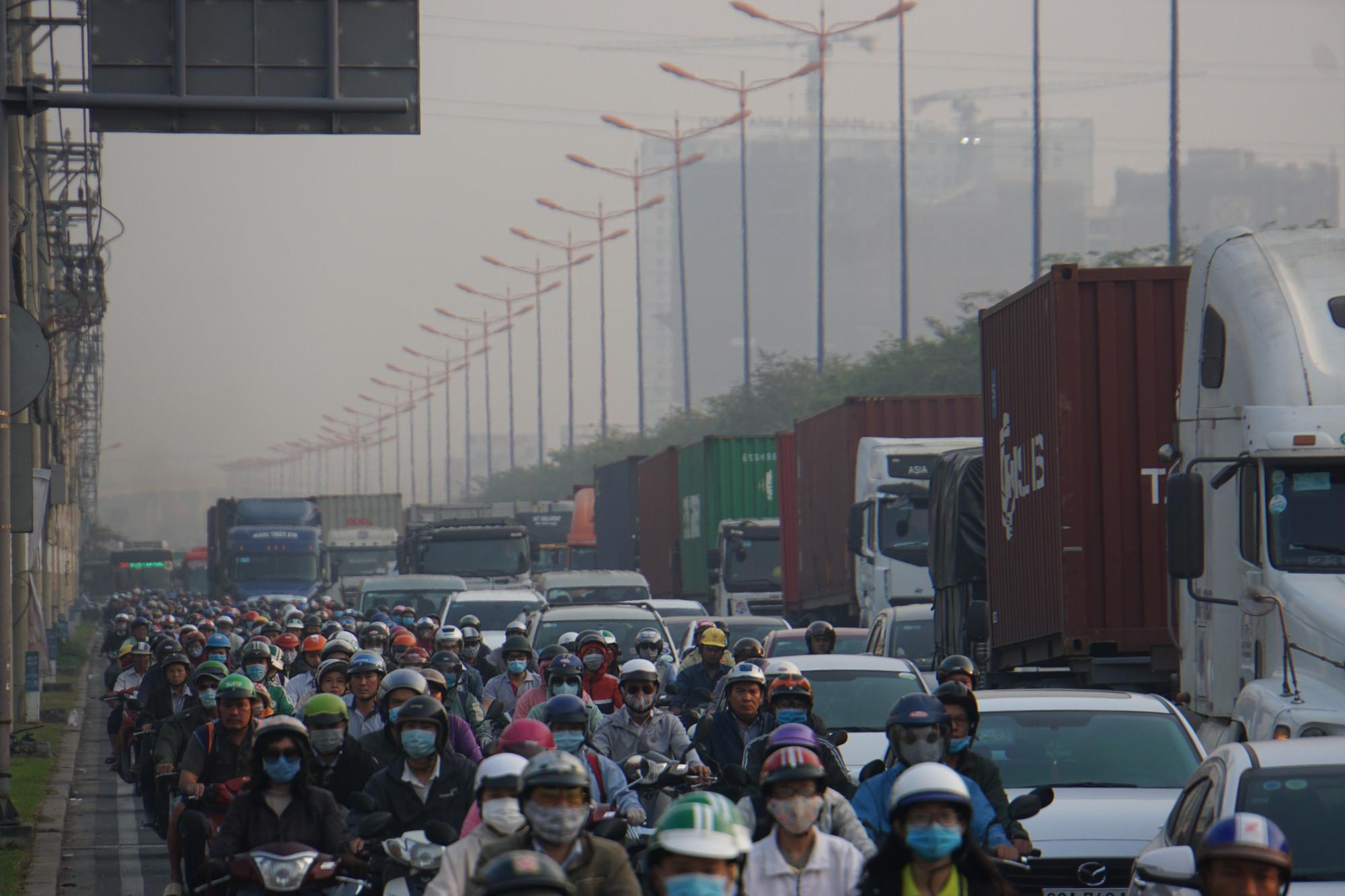 Cửa ngõ Sài Gòn kẹt cứng ngày 23 Tết