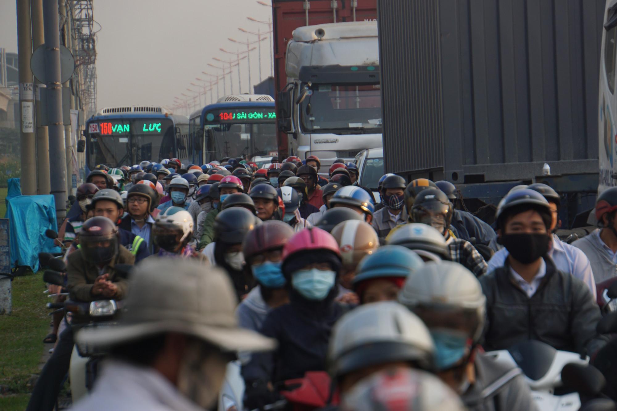 Hàng nghìn phương tiện chôn chân trên đường, rất khó khăn