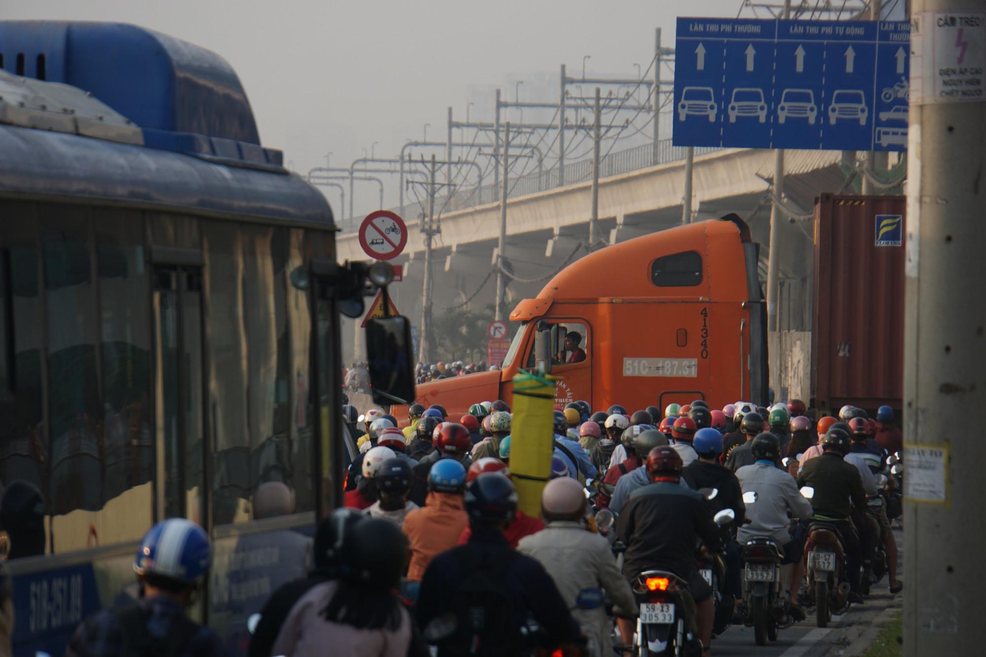 Xa lộ Hà Nội đoạn từ cổng khu công nghệ cao về ngã tư MK kẹt cứng