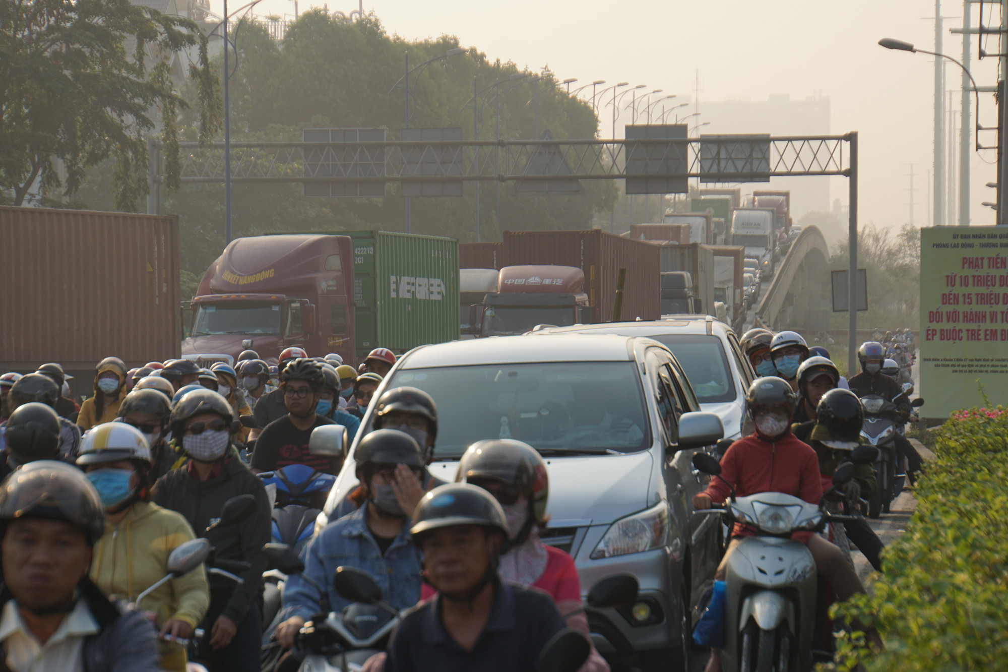 Đường Đồng Văn Cống hướng từ cảng Cát Lái ra Mai Chí Thọ cũng tê liệt