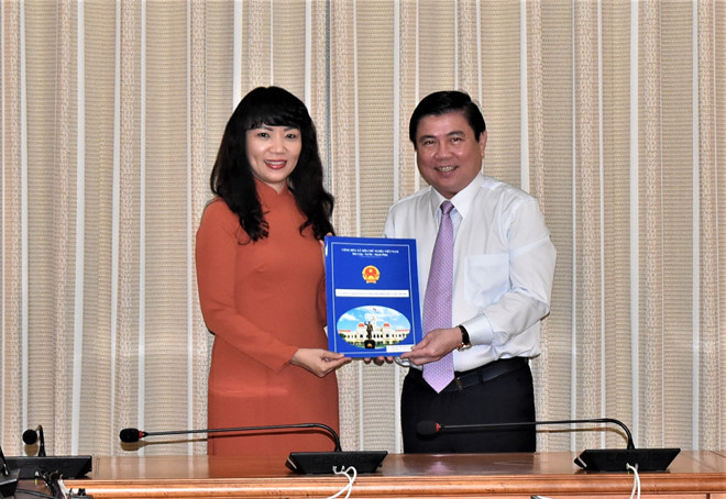 Chủ tịch UBND TPHCM Nguyễn Thành Phong trao quyết định bổ nhiệm bà Phạm Thị Hồng hà làm Giám đốc Sở Tài chính