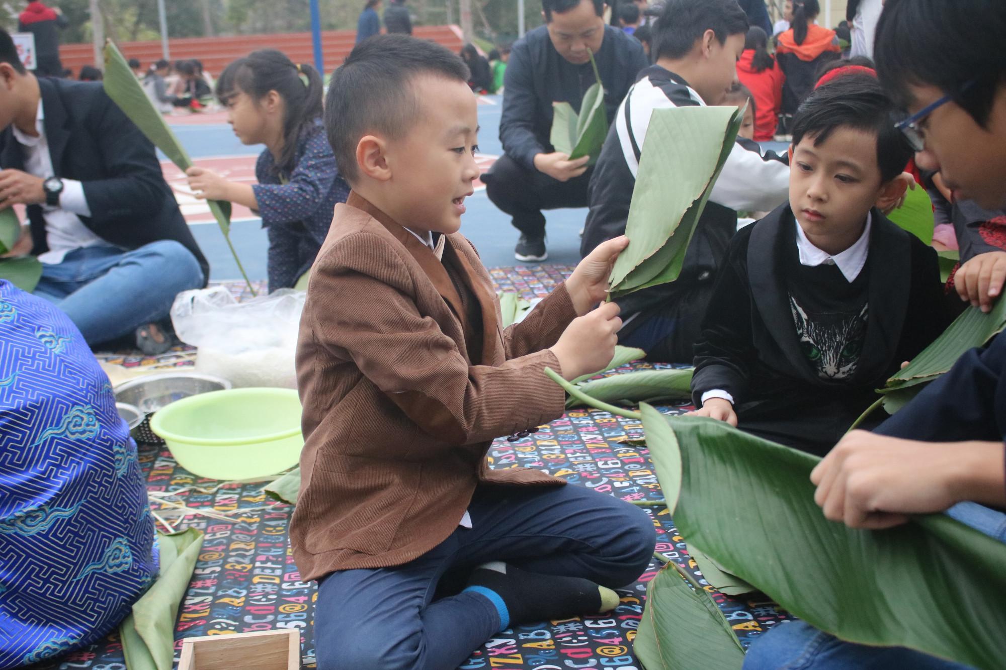 Các nam sinh thích thú với việc chọn lá gói bánh