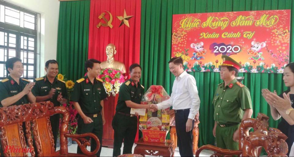 Ông Trần Vĩnh Tuyến, Phó Chủ tịch UBND TPHCM đến thăm và chúc tết Trung đoàn Bộ binh 271