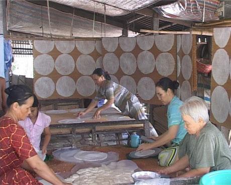 Làng nghề bánh phồng ở thị trấn Cái Bè - Ảnh: Việt Ngân