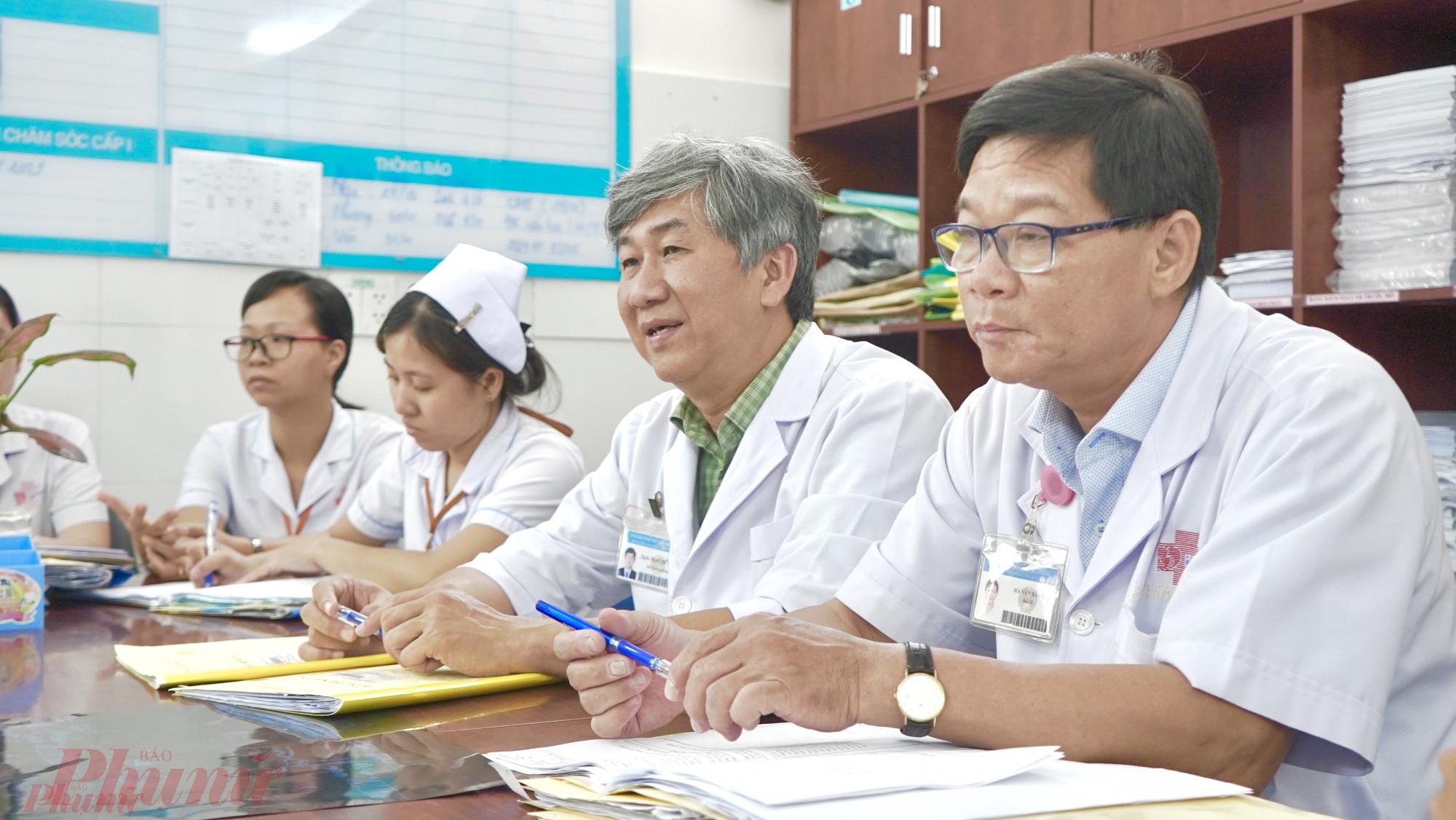 Bác sĩ Phạm Phú Phát (thứ hai từ phải sang) trong cuộc hội chẩn