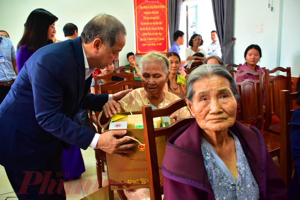 Bà con  dân nghèo Thượng Thành Huế rất vui khi được chủ tịch tỉnh hứa sẽ hỗ trợ xây dựng những ngôi nhà mới  vào năm tới