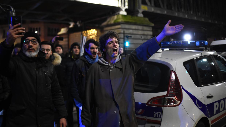 Người biểu tình tập trung ngoài Nhà hát Des Bouffes du Nord để phản đối chương trình cải cách lương hưu của chính phủ.