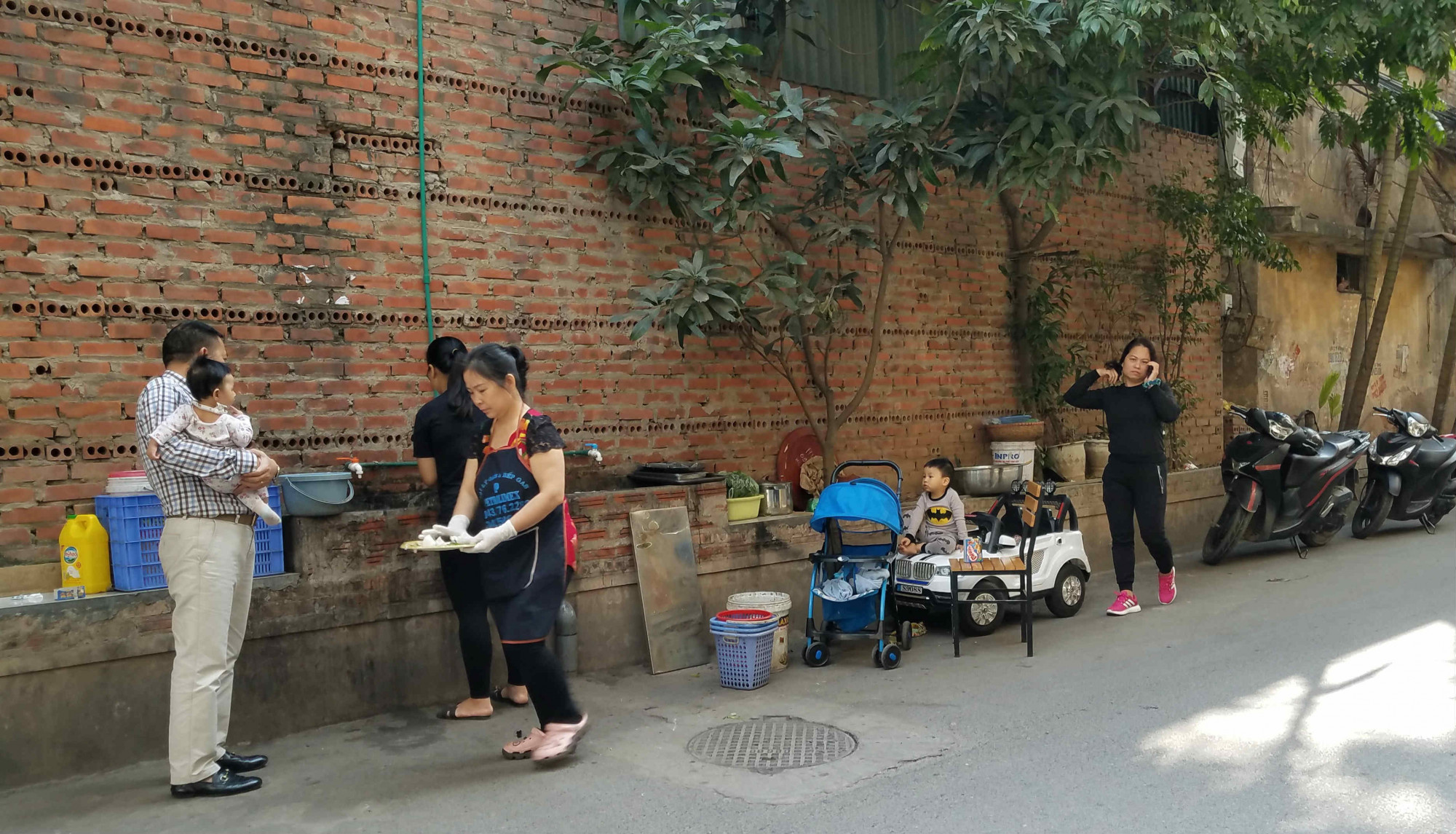 Nhiều sinh hoạt thường nhật diễn ra ngay bên tường của Rạng Đông.