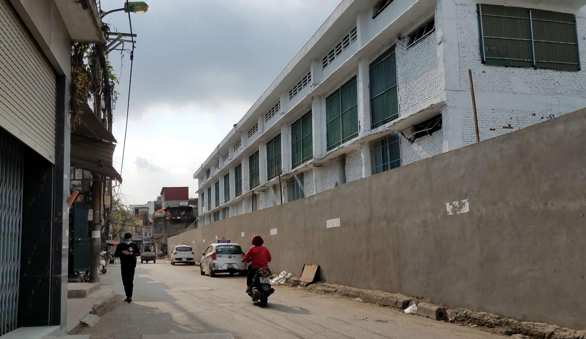 Sau trận hoả hoạn, tường bao và nhà xưởng của công ty Rạng Đông đã được sửa sang.