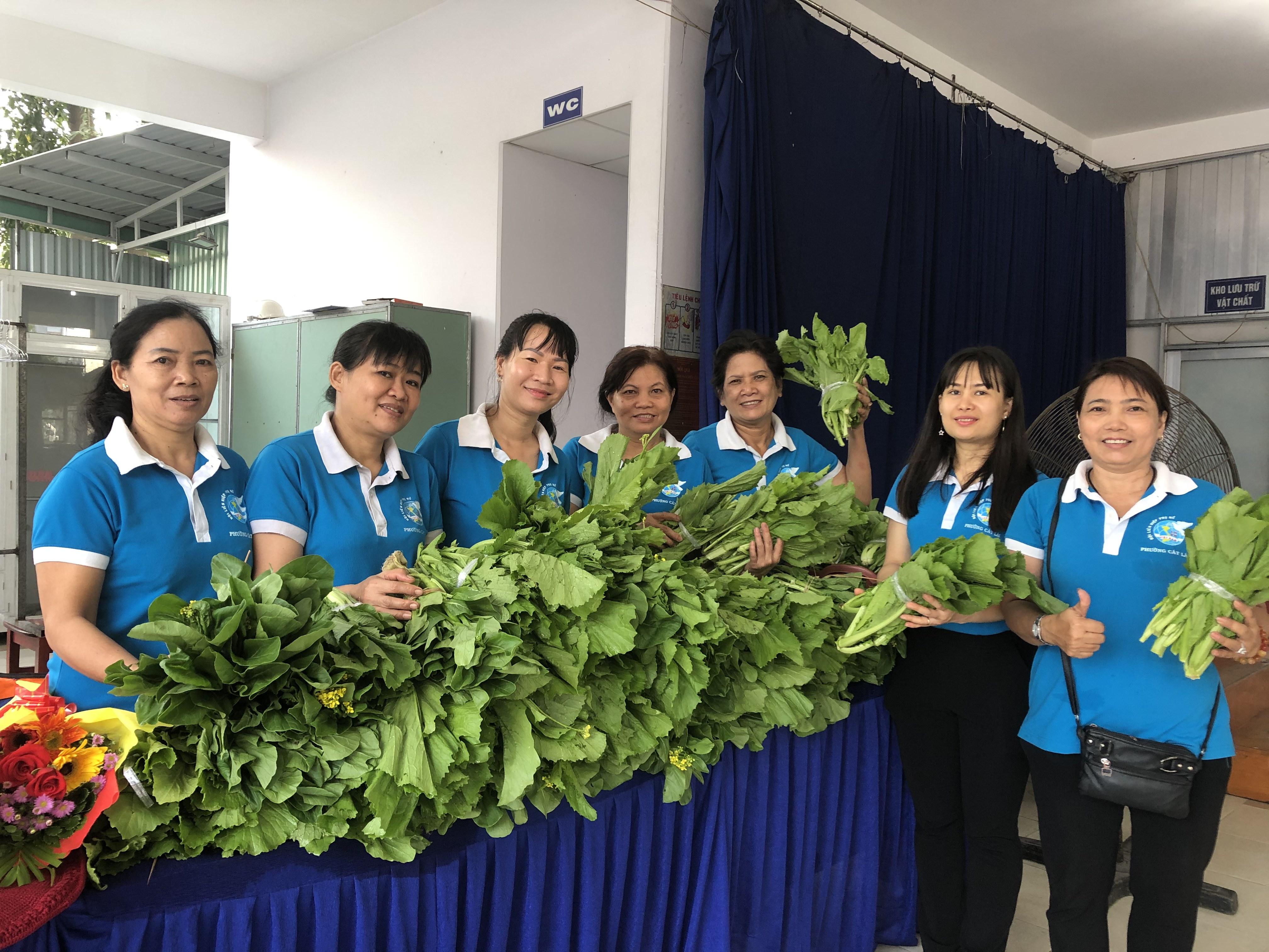 Những bó rau xanh mướt có bàn tay chăm bẵm của chị em cán bộ, hội viên phụ nữ phường Cát Lái.