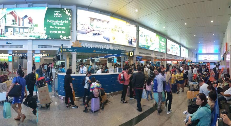 Khu vực làm thủ tục của hãng hãng Vietnam Airlines luôn đông nghẹt khách đến làm thủ tục