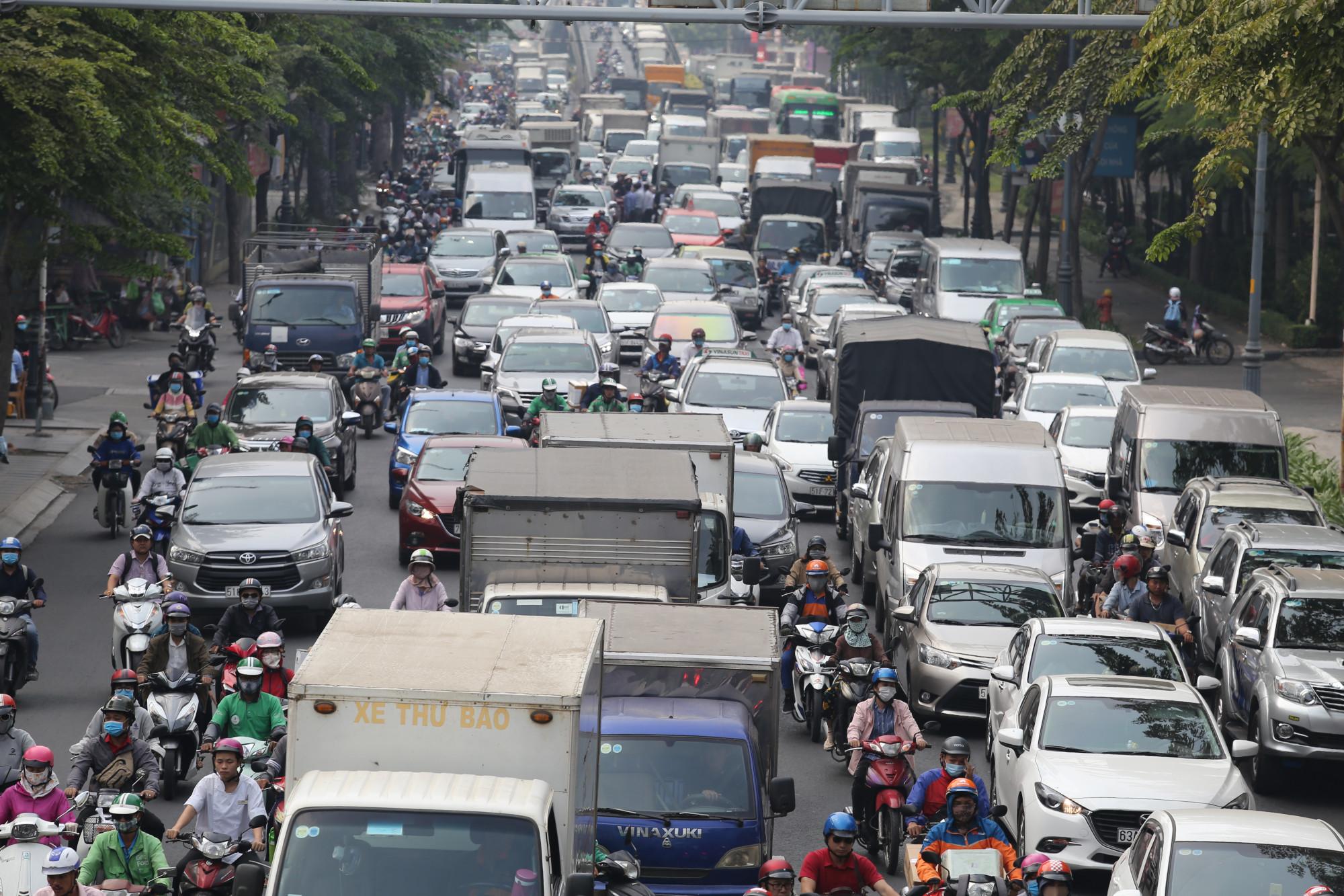 Các tuyến đường cửa ngõ sân bay Tân Sơn Nhất liên tục xảy ra ùn tắc