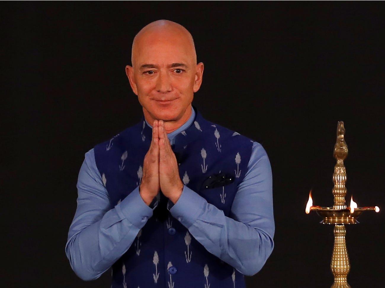 Ông chủ hãng Amazon khẳng định thế kỷ 21 sẽ là thời cơ của Ấn Độ. Vì thế Amazon sẽ phân bổ 1 tỷ USD để giúp 10 triệu doanh nghiệp vừa và nhỏ trên toàn Ấn Độ truy cập trực tuyến vào năm 2025.