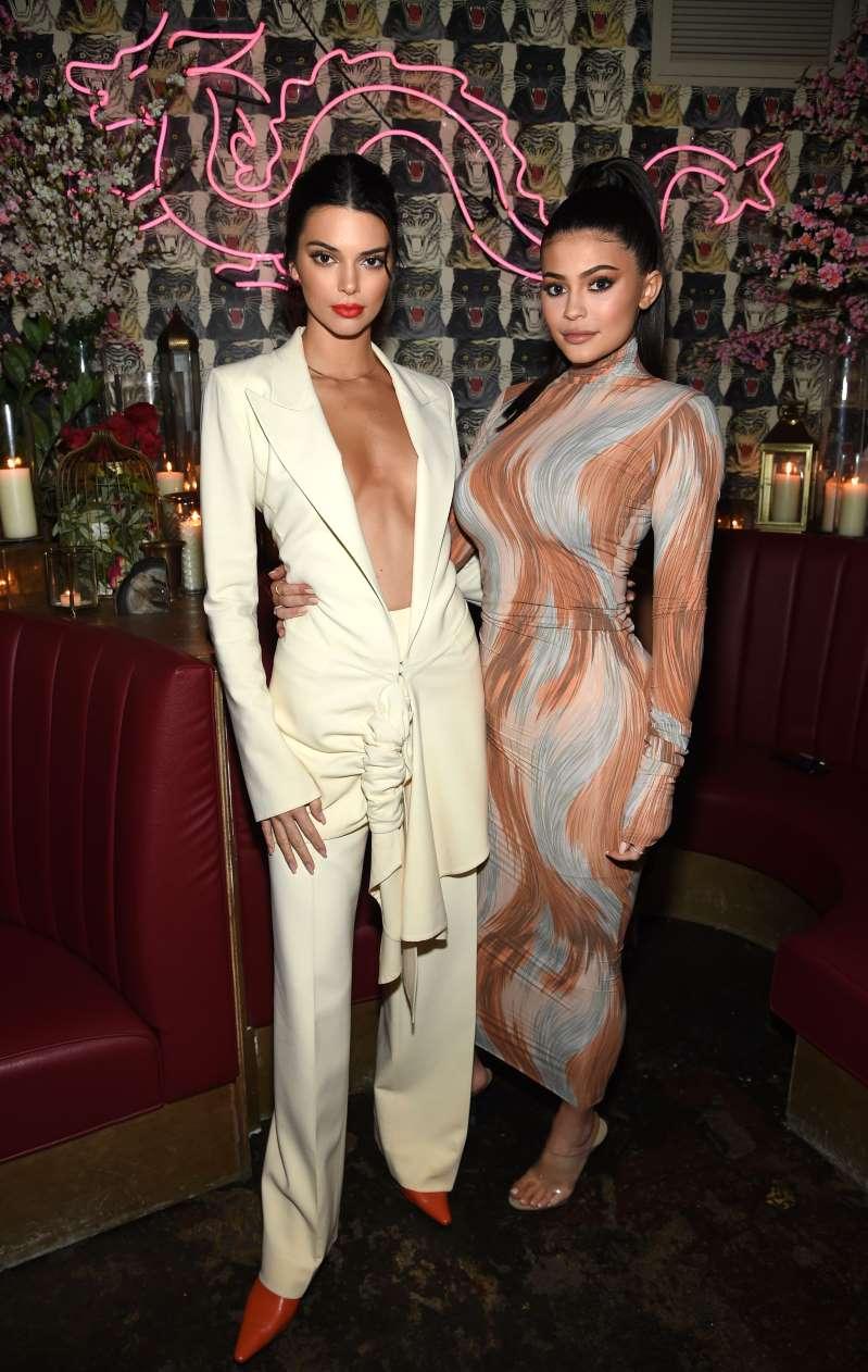 Cặp chị em Kendall Jenner và Kylie Jenner tiếp tục vướng tranh cãi vi phạm bản quyền.
