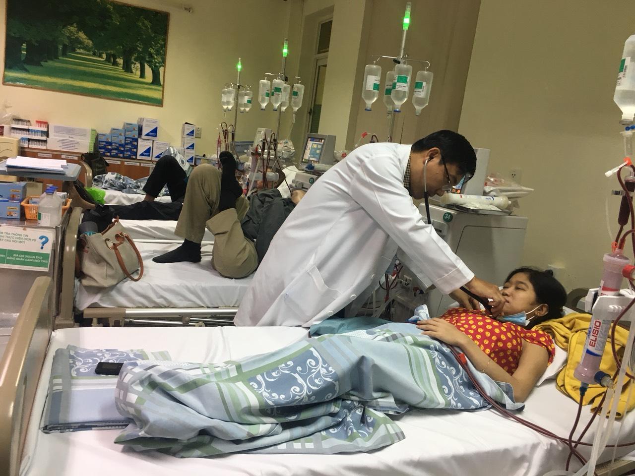 Th.s,BS Lê Đức Lộc - Trưởng khoa Thận đang khám cho Nhung