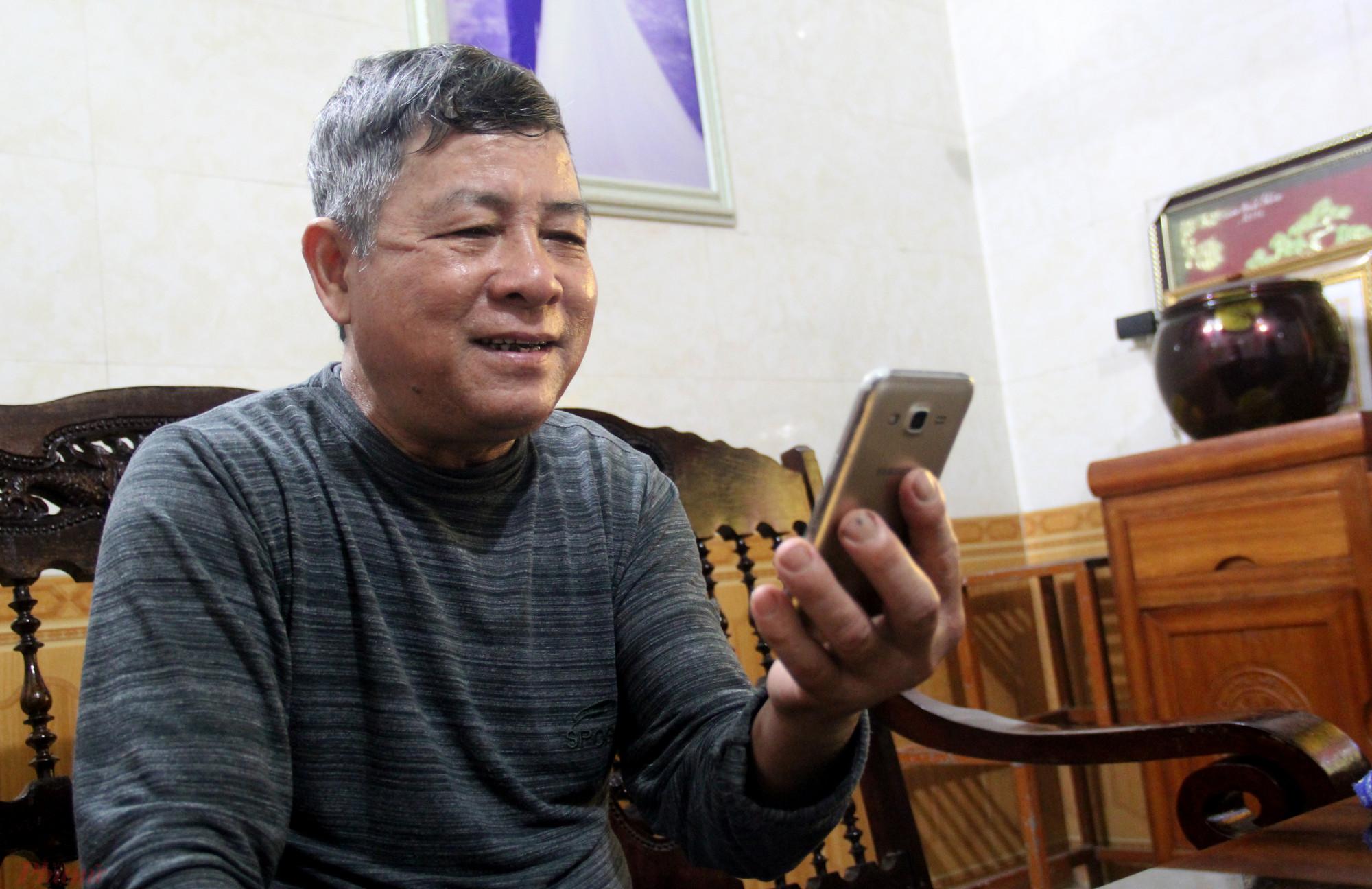 Ông Thương nhận lời chúc tết sớm của con trai qua điện thoại