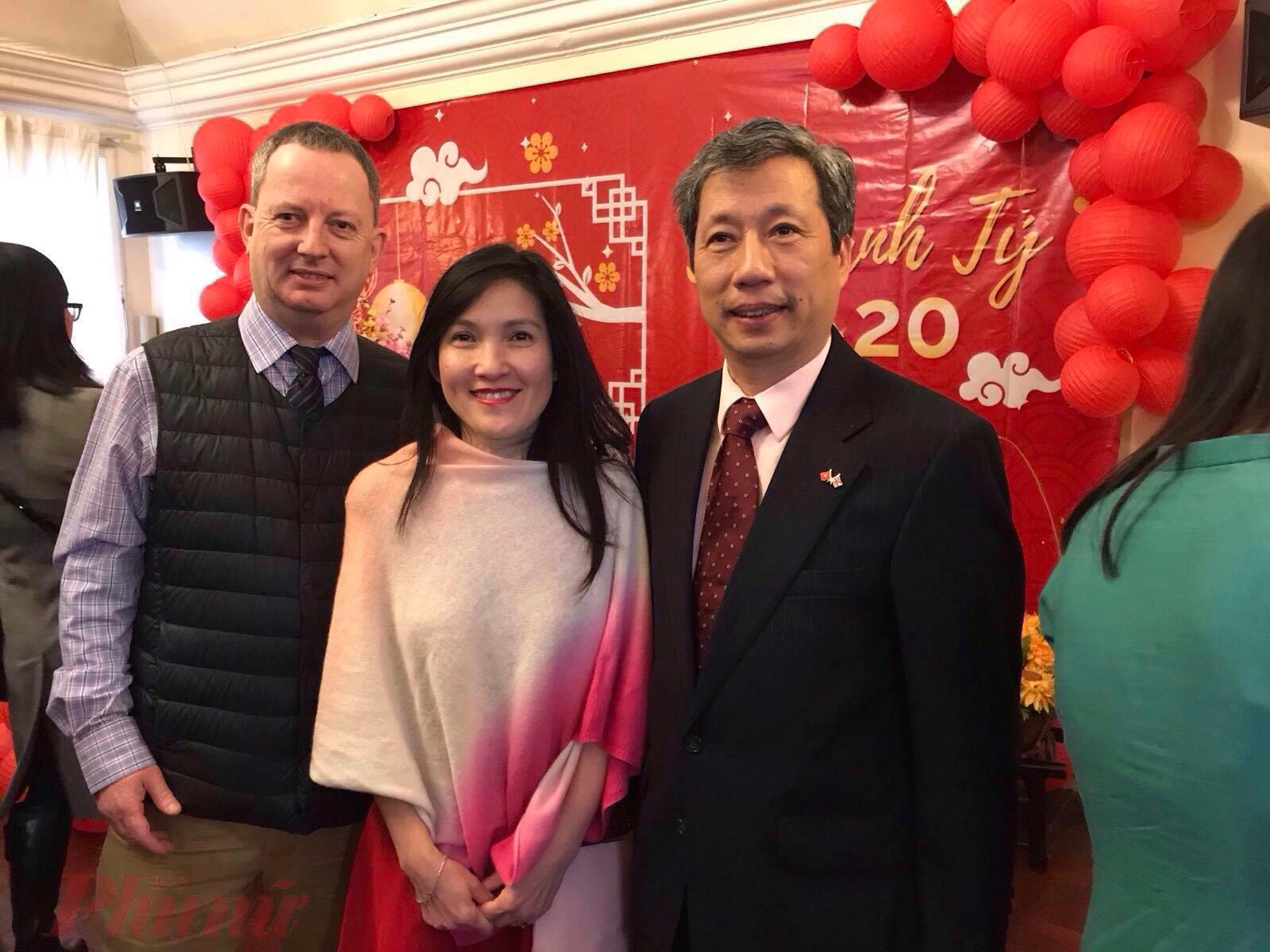 Đại sứ Trần Ngọc An (bìa phải) luôn vui vẻ, ân cần với mọi người