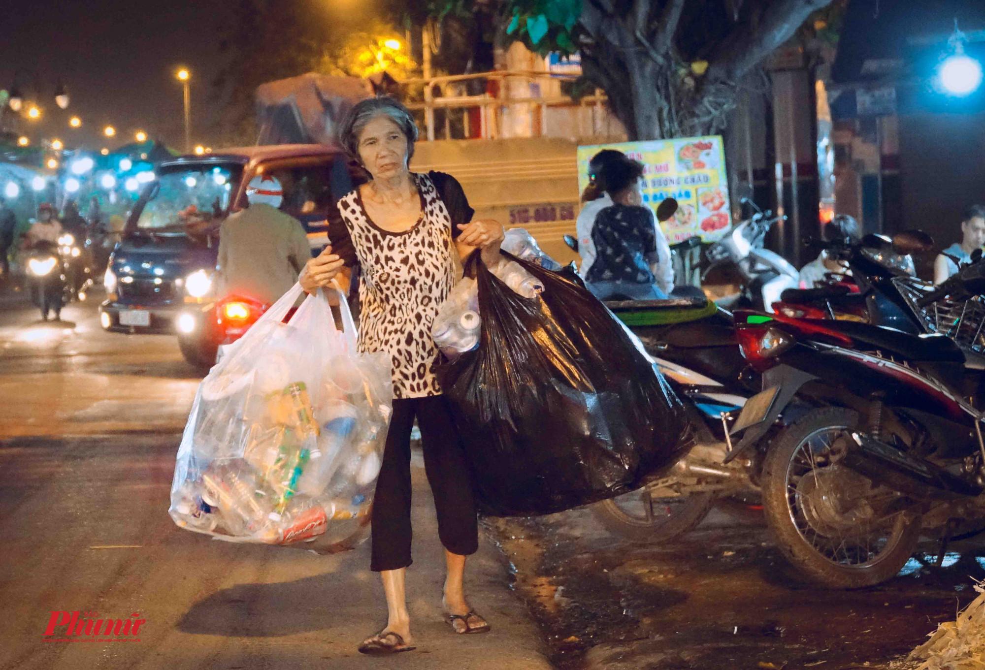 Một phụ nữ lớn tuổi tranh thủ nhặt ve chay kiếm thêm thu nhập