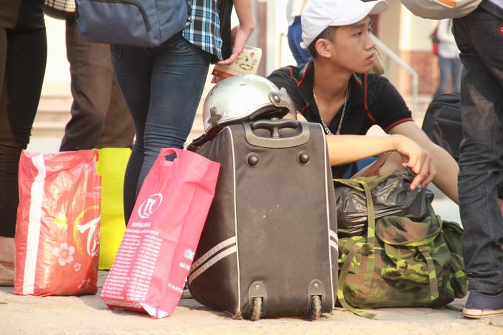 Trong hành lý về quê của nhiều người, phần lớn là quà cáp cho họ hàng người thân. Ảnh minh hoạ