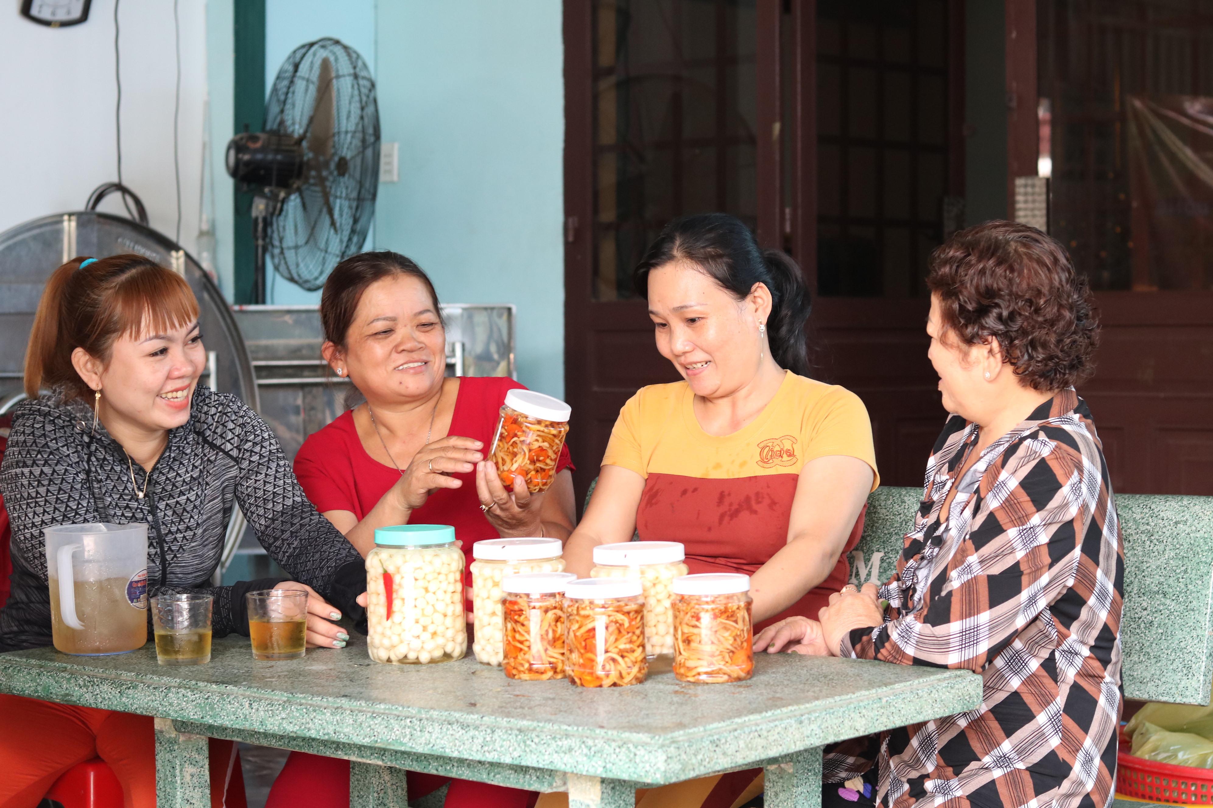 Bà Thúy hỏi thăm chuyện chuẩn bị quà bánh về quê và tặng những món ăn ngày Tết do chính tay mình làm cho chị em công nhân.