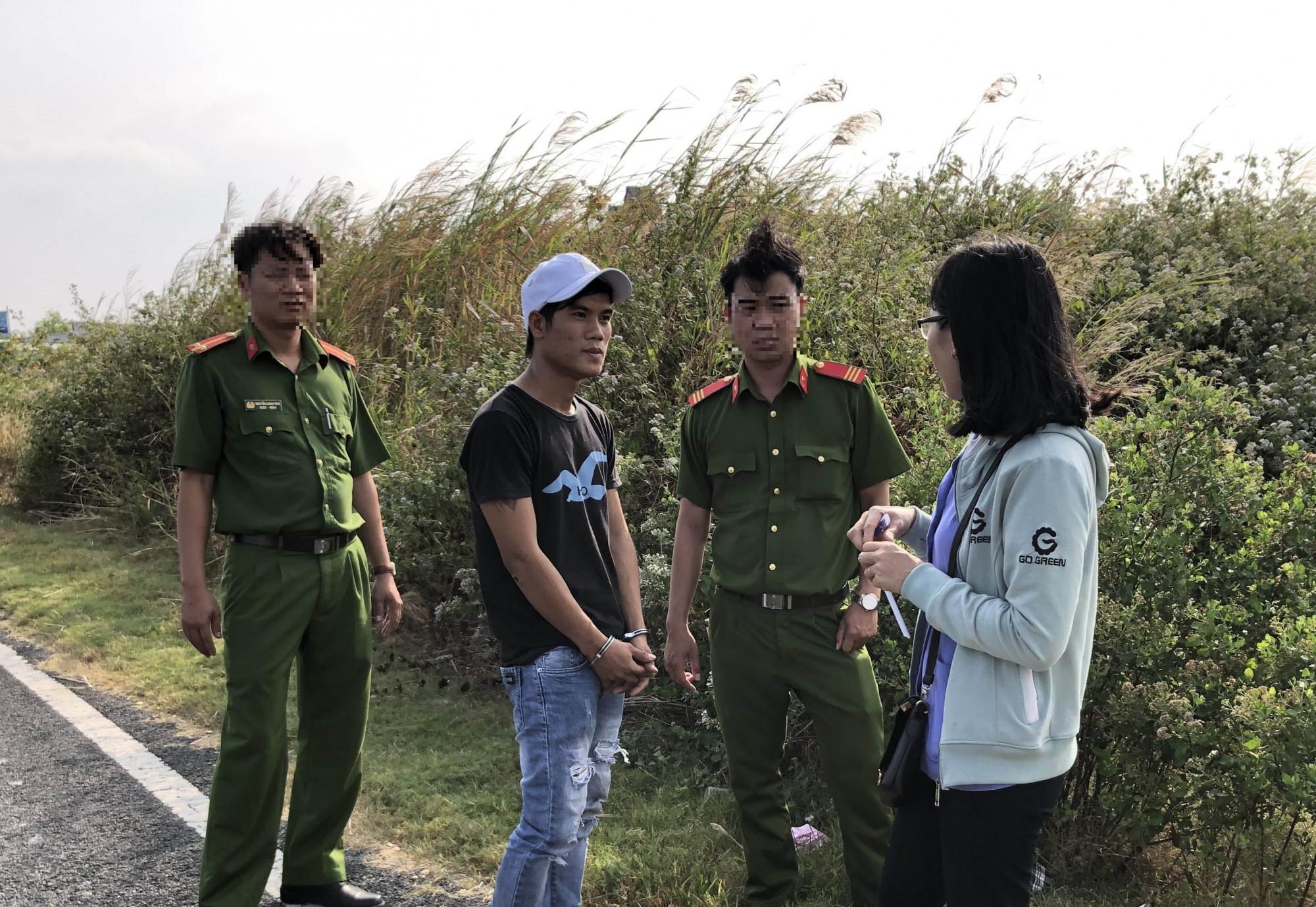Đối tượng Nguyễn Văn Hải (áo đen ở giữa) đã thừa nhận hành vi phạm tội - Ảnh: Hoàng Giang.