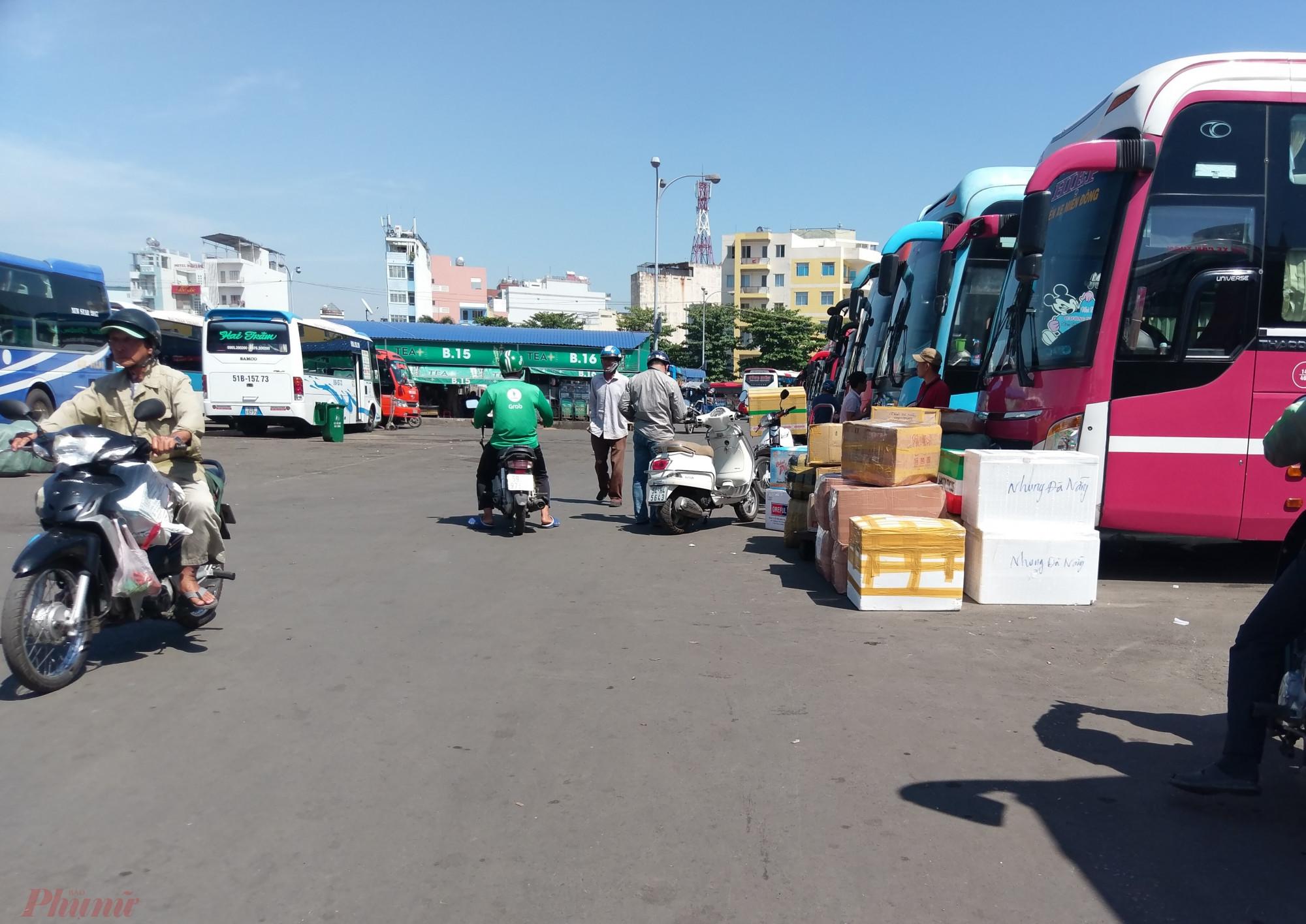 Người xa quê tất tả rời Sài Gòn trong những buổi chiều cuối năm.