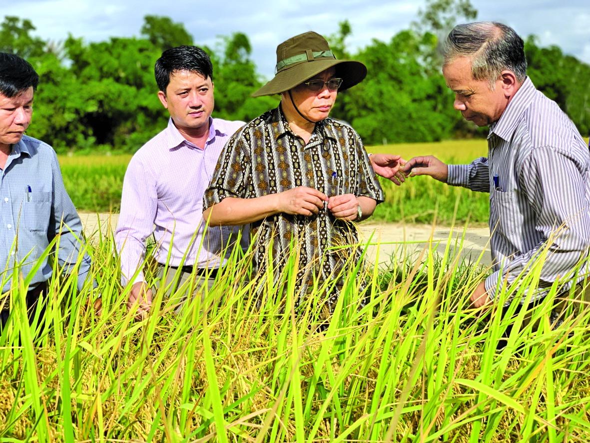 Phó chủ tịch quốc hội Phùng Quốc Hiển nói chuyện  với ông Nguyễn Giang (bìa phải)