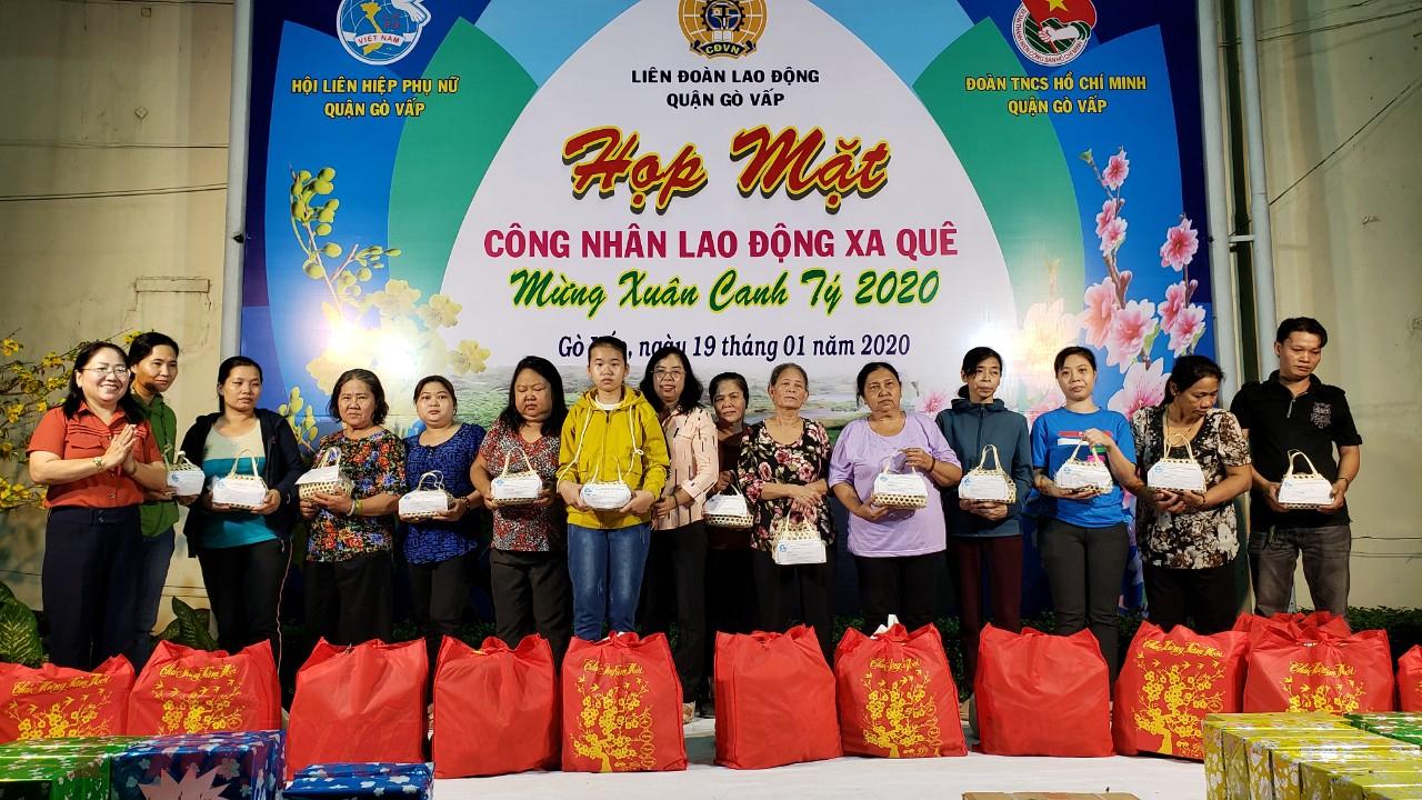 Chị Đỗ Thị Chánh - Phó Chủ tịch Hội LHPN TP.HCM và chị Nguyễn Thị Lan - Chủ tịch Hội LHPN quận Gò Vấp tặng những phần quà tết và thịt kho hột vịt đến nữ công nhân đón tết xa quê.