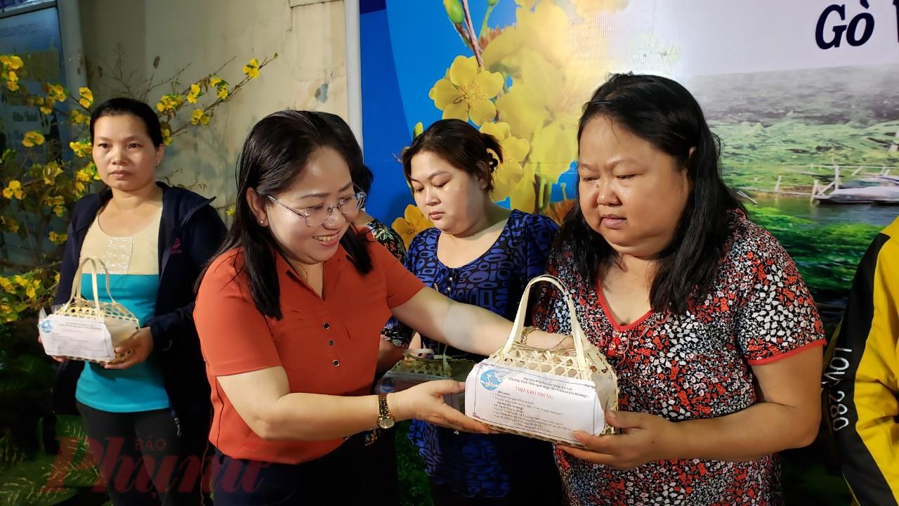Chị Nguyễn Thị Lan - Chủ tịch Hội LHPN quận Gò Vấp tặng phần quà tết cho nữ công nhân đón tết xa quê