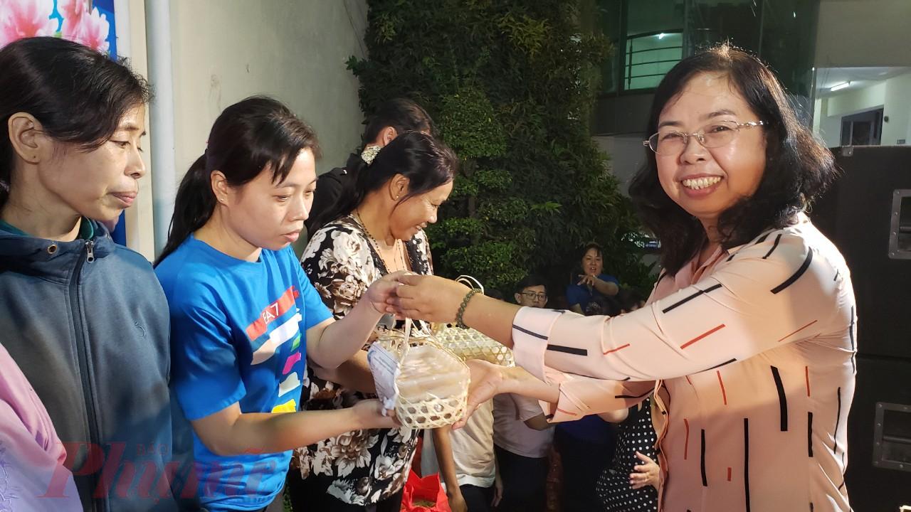 Chị Đỗ Thị Chánh - Phó Chủ tịch Hội LHPN TP.HCM tặng những phần quà tết đến nữ công nhân đón tết xa quê