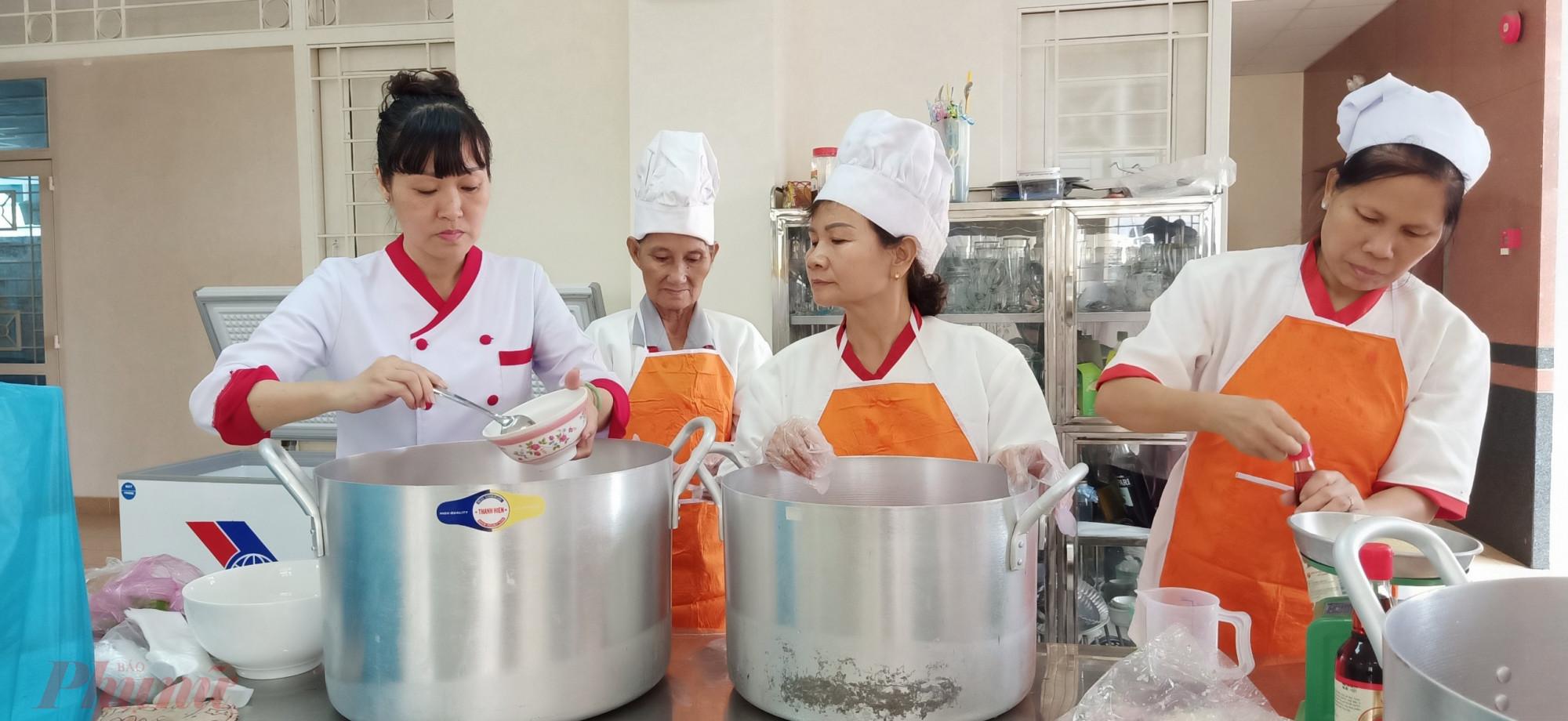 Giảng viên trường nghề Lê Thị Riêng đến hướng dẫn cán bộ Hội tổ chức nấu thị kho hột vịt