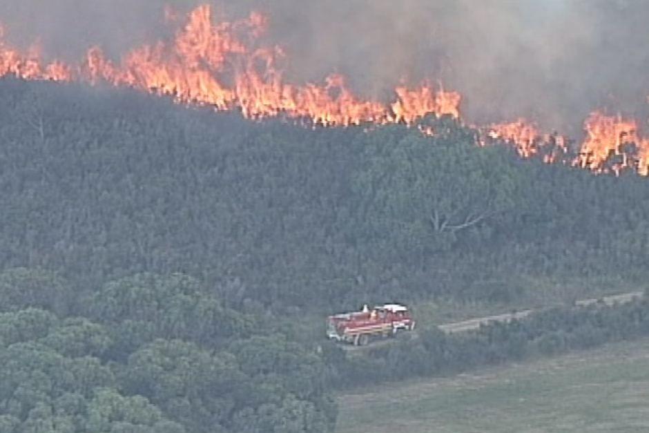Linh cứu hỏa vẫn chưa thể kiểm soát hoàn toàn đám cháy trên đảo French Island.
