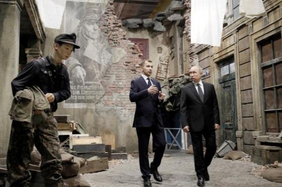 """Tổng thống Nga Vladimir Putin (phải) tham quan buổi triển lãm 3D """"Ký ức lên tiếng. Con đường xuyên qua cuộc chiến"""" ở St.Peterburg, Nga, ngày 18/ 1/2020."""