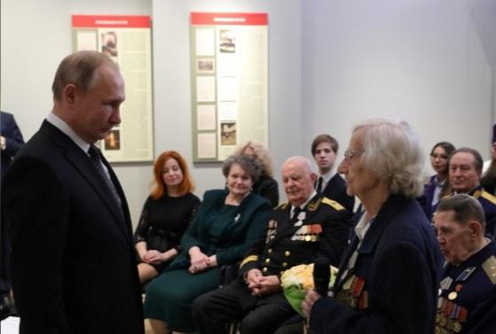 Tổng thống Putin gặp gỡ và trả lời một số câu hỏi của các cựu chiến binh hôm 18/1, nhân dịp kỷ niệm 77 năm ngày dỡ bỏ cuộc bao vây Leningrad.