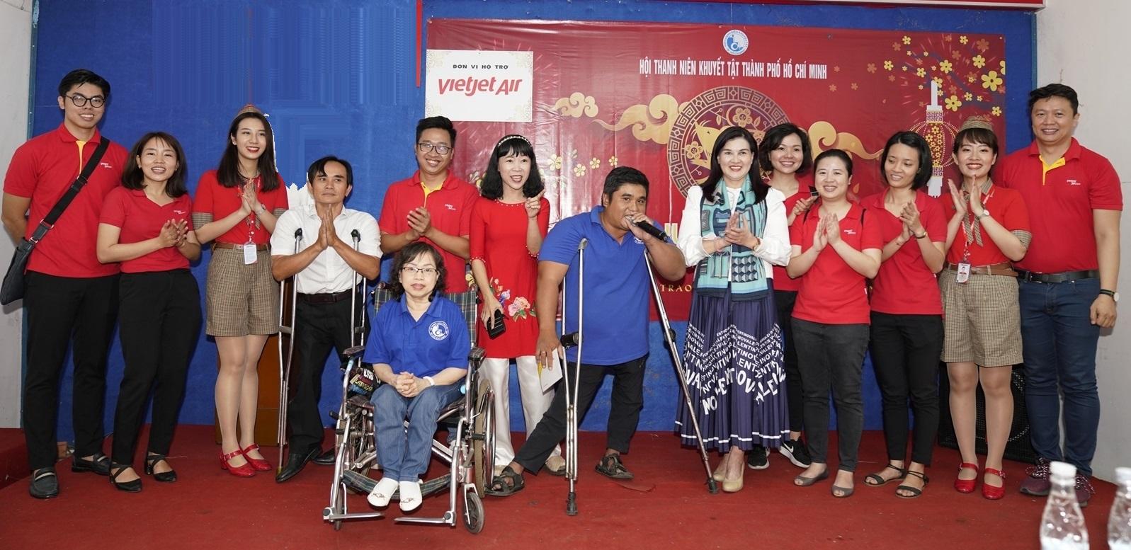 Đại diện Vietjet giao lưu cùng thành viên ưu tú Trương Minh Trung (áo xanh). Ảnh: Vietjet