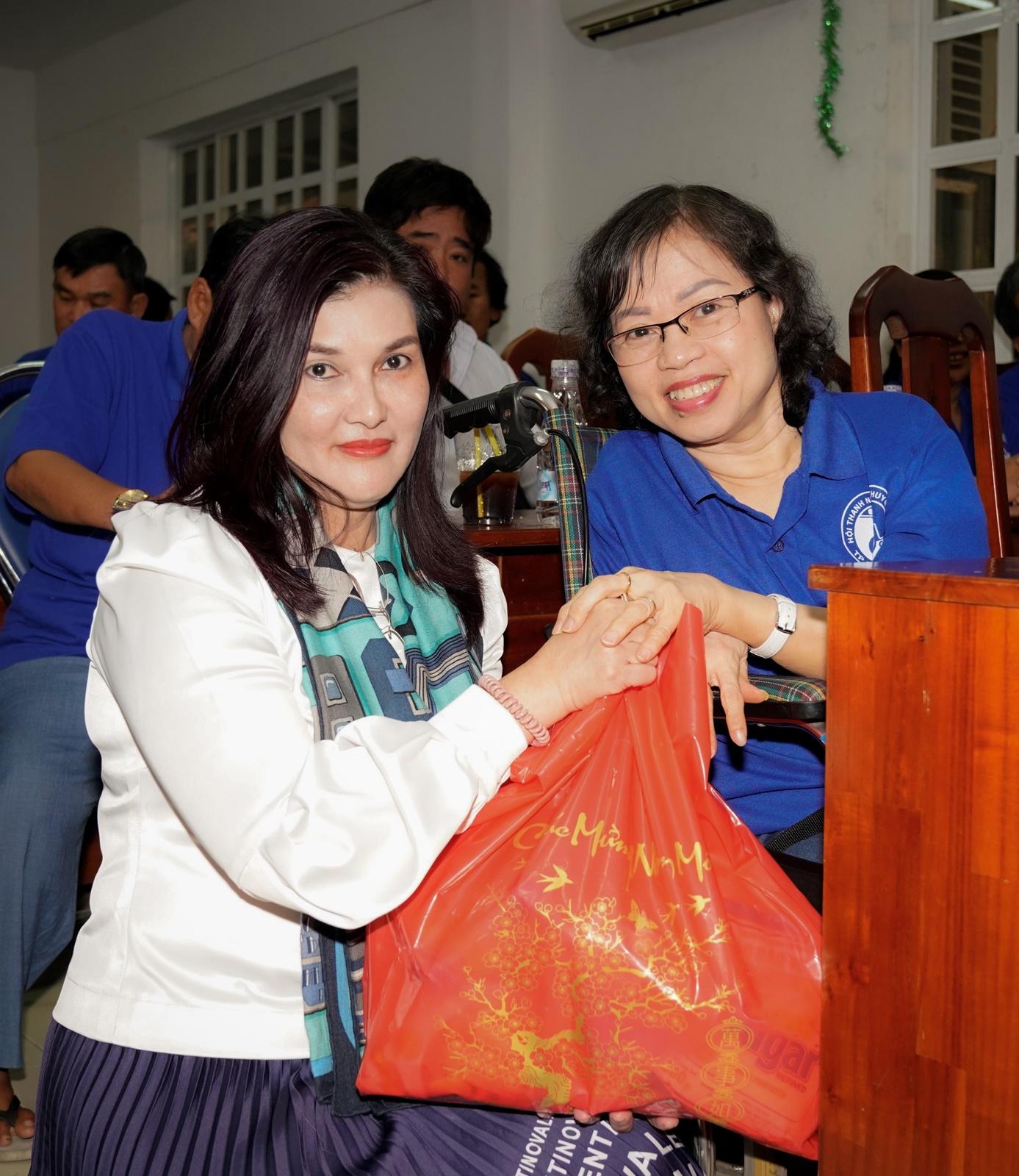 Bà Hồ Ngọc Yến Phương trao tận tay những món quà thiết thực cho các tấm gương nghị lực phi thường. Ảnh: Vietjet