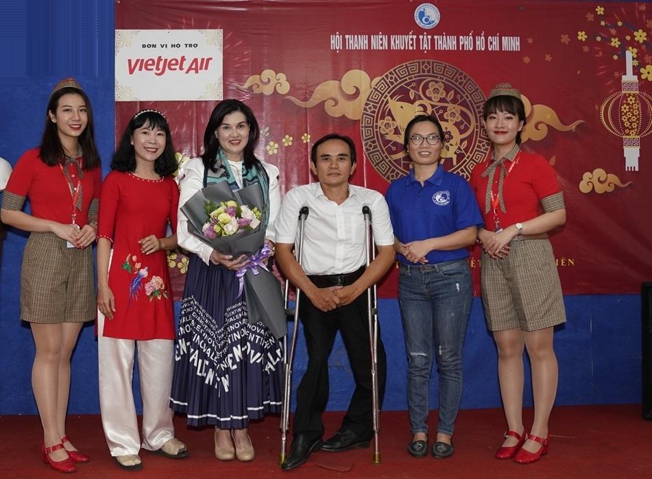 Chủ tịch Hội Võ Văn Anh (áo trắng) gửi lời cảm ơn cùng bó hoa tươi thắm tới đại diện Vietjet. Ảnh: Vietjet
